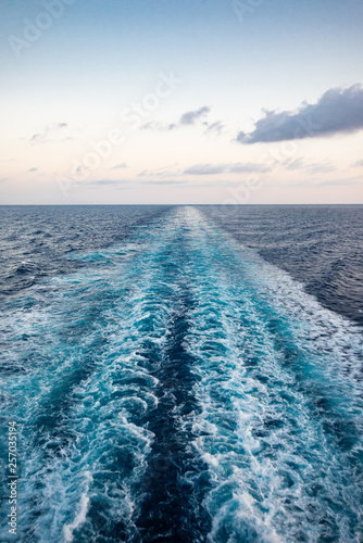 Fotografía  Scenic view of the sea from the stern of a luxurious cruise ship, against the su