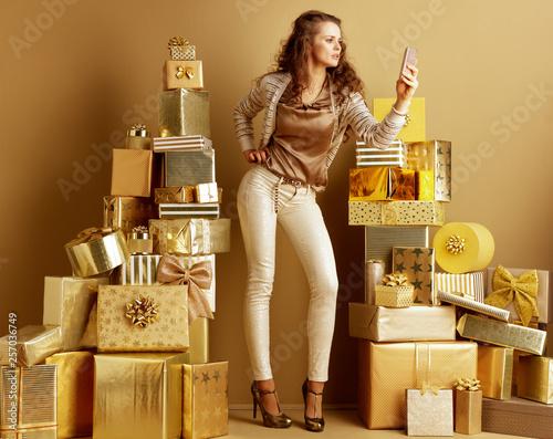 Fotografia glam modern fashion-monger taking selfie with cellphone