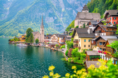 Fotografía  Scenic view of famous Hallstatt village in Austria