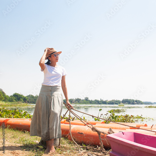Photographie  40s asian woman traveling in nature tropical