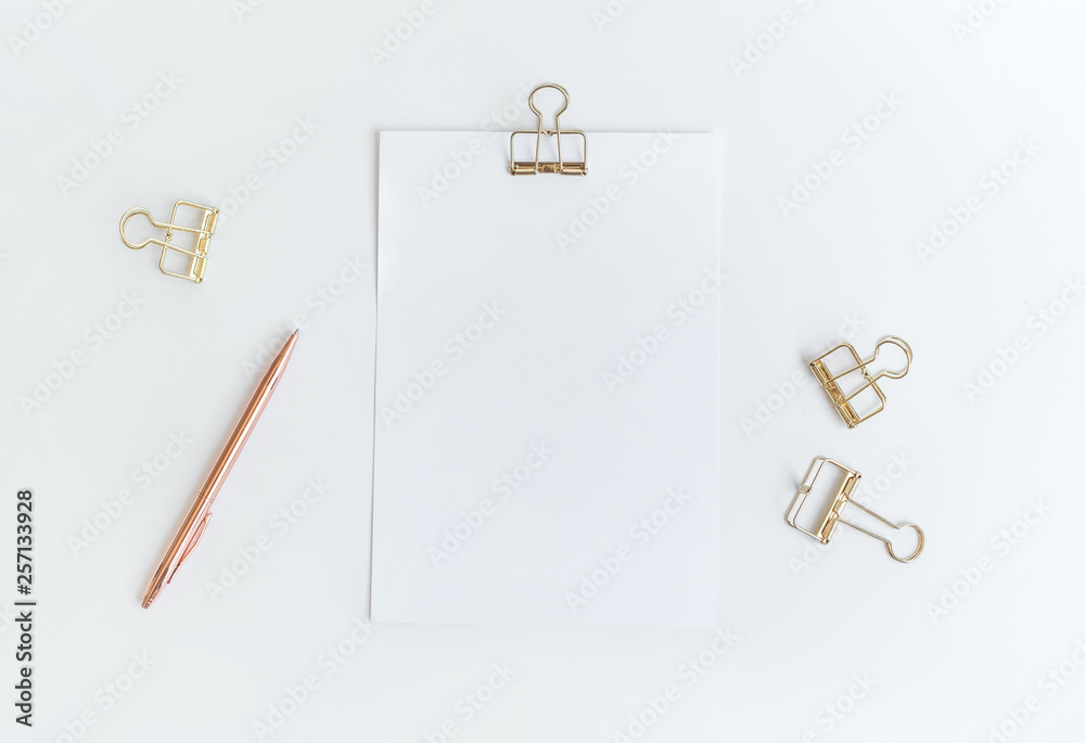 Fotografía  Top view of white notepaper with paperclip on worktable