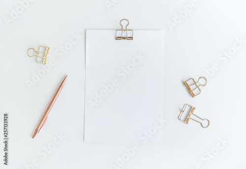 Fotomural Top view of white notepaper with paperclip on worktable