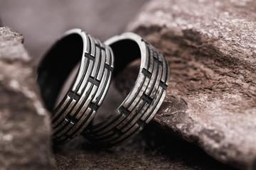 Srebrne pierścienie męskie na kamieniach, zbliżenie