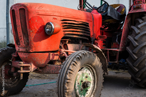 Klasyczny zardzewiały ciągnik, stary czerwony ciągnik, zardzewiały ciągnik
