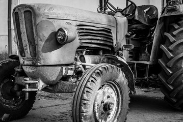 Klasyczny ciągnik, stary zardzewiały ciągnik, czarno-biały