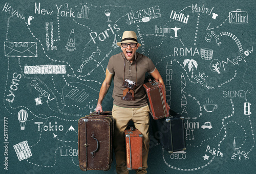Foto Tourist in a hat with a bunch of suitcases