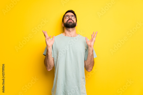 Fotografía  Man with beard and green shirt frustrated by a bad situation