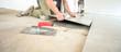 canvas print picture - Handwerker arbeiten in einem Neubau, verlegen Fliesen, renovieren – selektive Schärfe, viel Copyspace