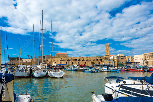 Photo  View on marina with yachts and ancient walls of harbor in old city Acre, Israel,