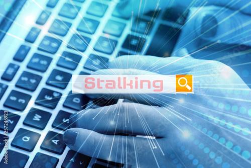 Fotografia  Eine Frau sucht im Internet nach dem Begriff Stalking