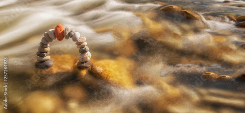 Fotografía  Scenic stone arch in a crystal clear creek
