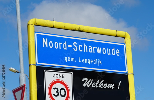 Fotografiet  The village of Noord-Scharwoude, Langedijk municipality, North Holland province in the Netherlands (traffic sign translation: 30 kilometer zone, recurrence)