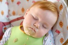 Mit Brei Verschmiertes Baby Schläft Nach Essen Im Hochstuhl
