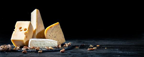 Różni rodzaje ser z dokrętkami na ciemnym tle, kopii przestrzeń