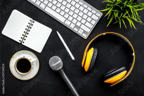 Fotografía  blogger, journalist or musician office desk with computer keyboard, notebook, mi