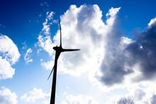 風力発電 風車 青空と太陽 自然エネルギー イメージ