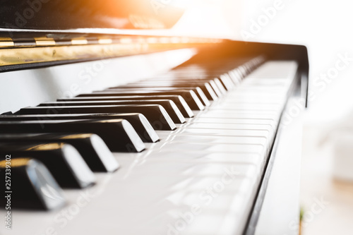 Fotografía  Classic piano key with musician hands playing