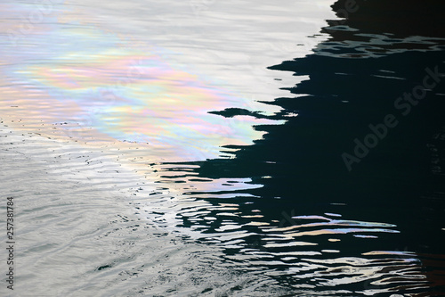 Fotografía  mancha de aceite y gasoil en el agua de mar 4M0A9954-as19