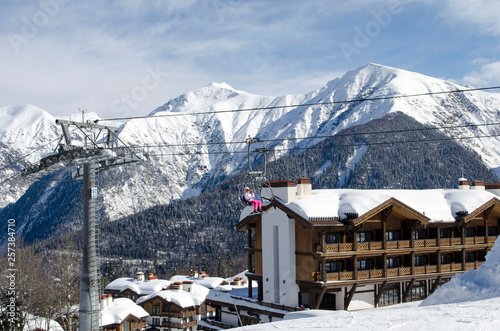 Photo Scenic view of mountains slopes snd apartments at ski resort Laura Russia
