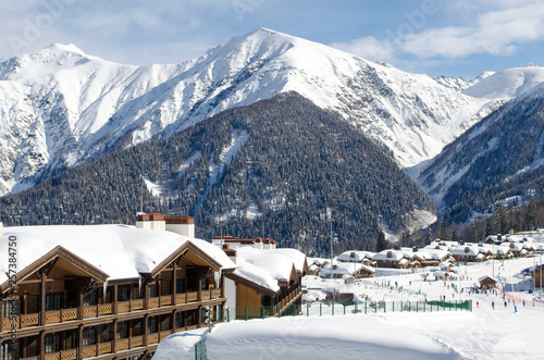 Photo Scenic view of mountain slopes and apartments at ski resort Laura Russia