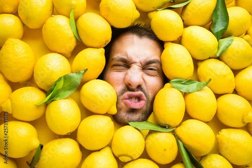 Leinwand Poster Mann mit Zitronen, Konzept für die Lebensmittelindustrie