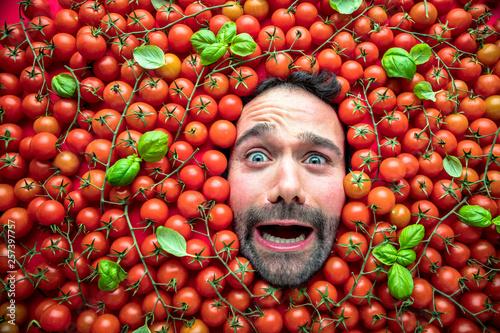 Photo  Mann mit Tomaten, Konzept für die Lebensmittelindustrie