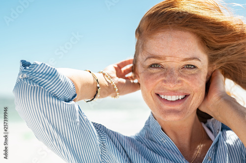 Fotografia  Smiling mature woman at beach