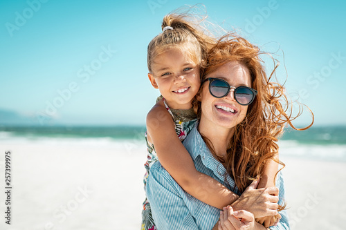 Stampa su Tela Mother with daughter at beach