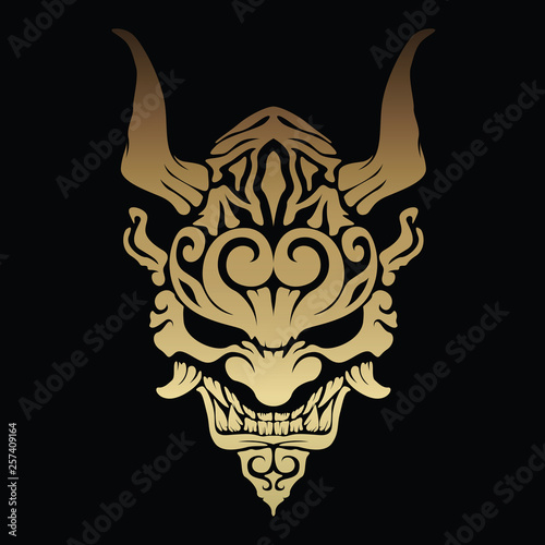 Photo Golden oni demon with beautiful patterns and horns on his head