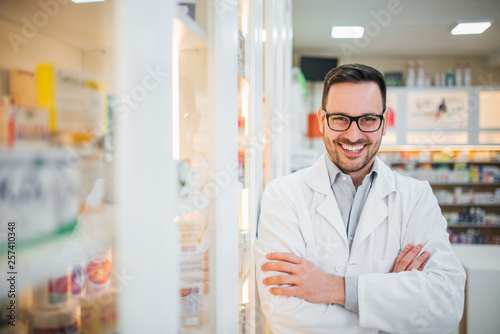 Poster Pharmacie Portrait of a pharmacist at drugstore, smiling at camera.