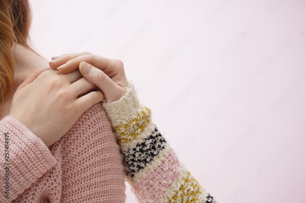 Fototapeta Young woman comforting her friend on color background
