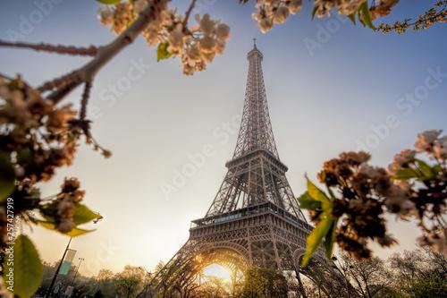Wieża Eifla podczas wiosna czasu w Paryż, Francja