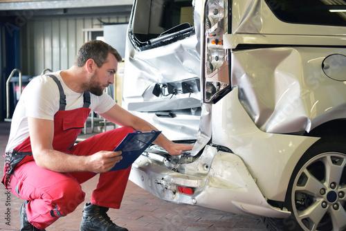 Fotografía  Begutachtung Unfallwagen in einer Autowerkstatt durch Mechaniker // Inspection o