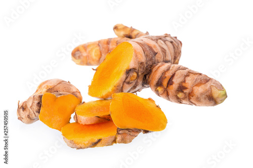 Cadres-photo bureau Condiment Fresh turmeric slices isolated on white background