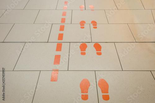 Photo Gangführung mit orangen Füßen auf dem Fussboden