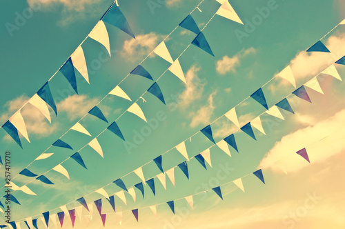 Poster Attraction parc Festive blue and white garlands, vintage summer party sky background