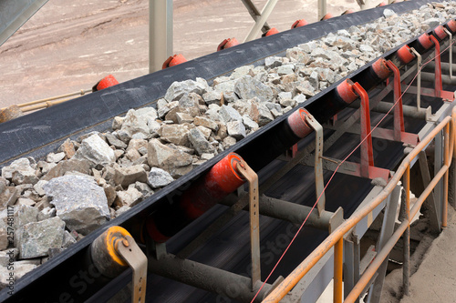 Fotografiet  Raw Material on Conveyor Belt before being Crushed at Copper Mine in Northern Ch