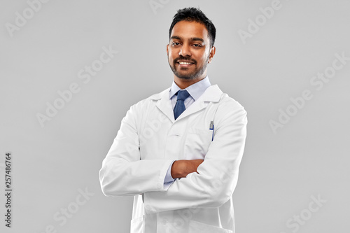 medicine, science and profession concept - smiling indian male doctor or scienti Fototapet