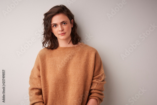 Photographie  Beautiful smiling young woman isolated portrait