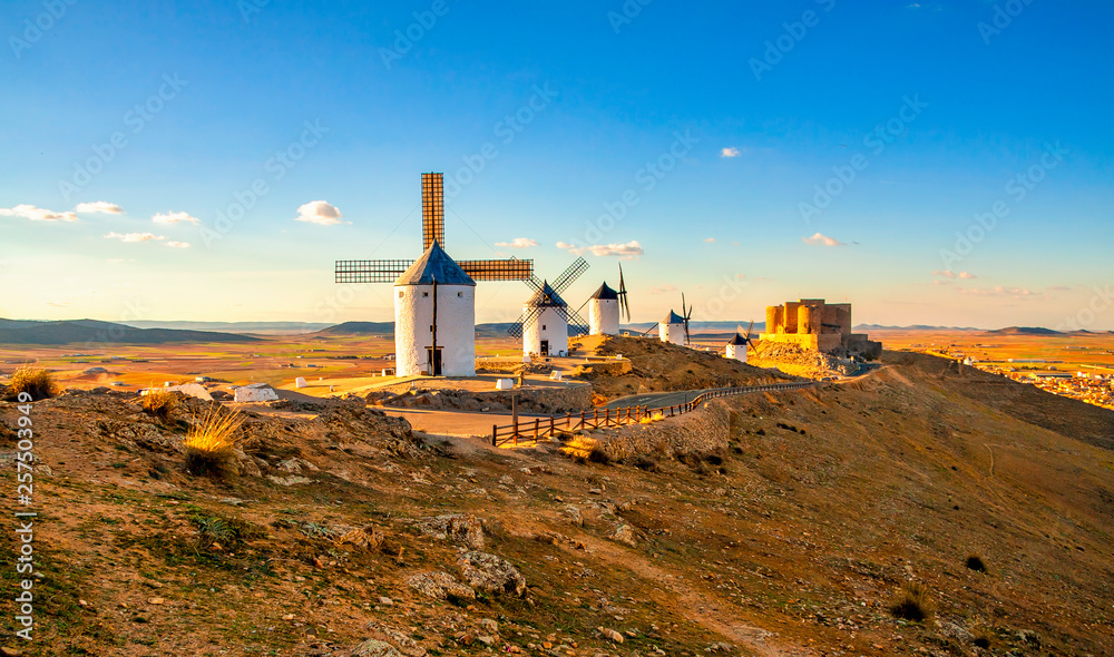 Fototapety, obrazy: Spanish windmills and medieval castle on a hill in Consuegra, Toledo, Spain.