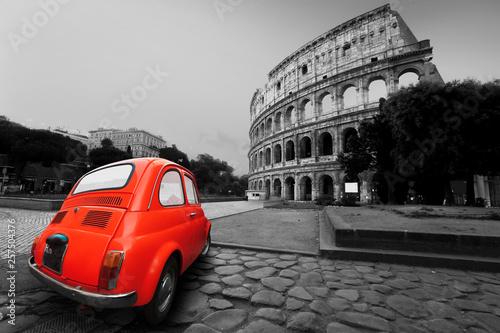 Stary samochód w tle Koloseum w Rzymie