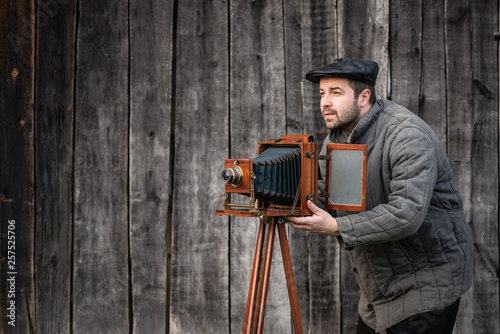 Photo Old fashioned photographer works with large format camera