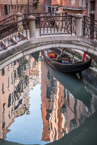 Wąskie i malownicze kanały Wenecji