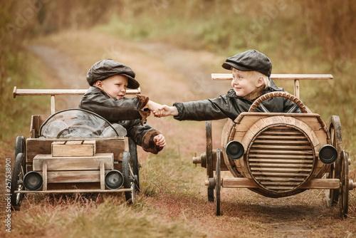 Fotografía  Portrait of two boys on improvised racers cars