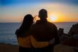 Enamorados contemplando la puesta de sol