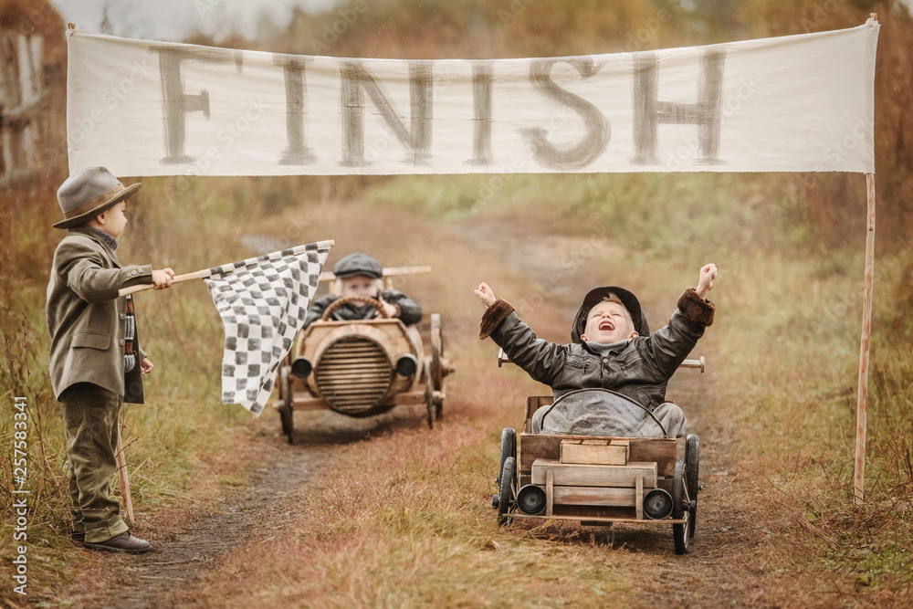Fototapety, obrazy: Finish the race between the boys on self-made cars