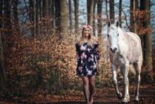 Portrait Frau Und Weißes Pferd Schimmel In Blumenkleid Mit Blumenkranz Im Haar Im Wald In Der Natur Mit Himmel Im Hintergrund