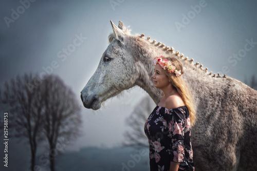 Fotografie, Obraz  Portrait Frau und weißes Pferd Schimmel in Blumenkleid mit Blumenkranz im Haar i