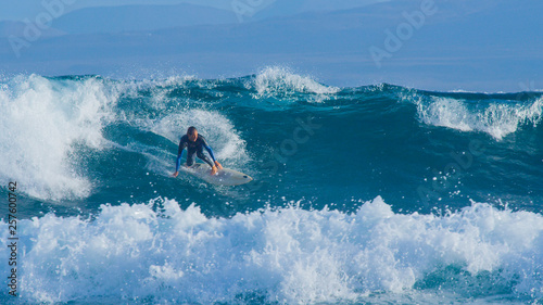 Photo  Young pro surfer dude surfing fun ocean waves in the sunny Canary Islands
