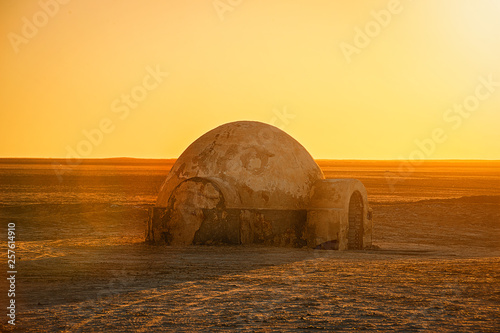 Fotografia .futuristic dome building in the Sahara desert place of shooting the fourth epis